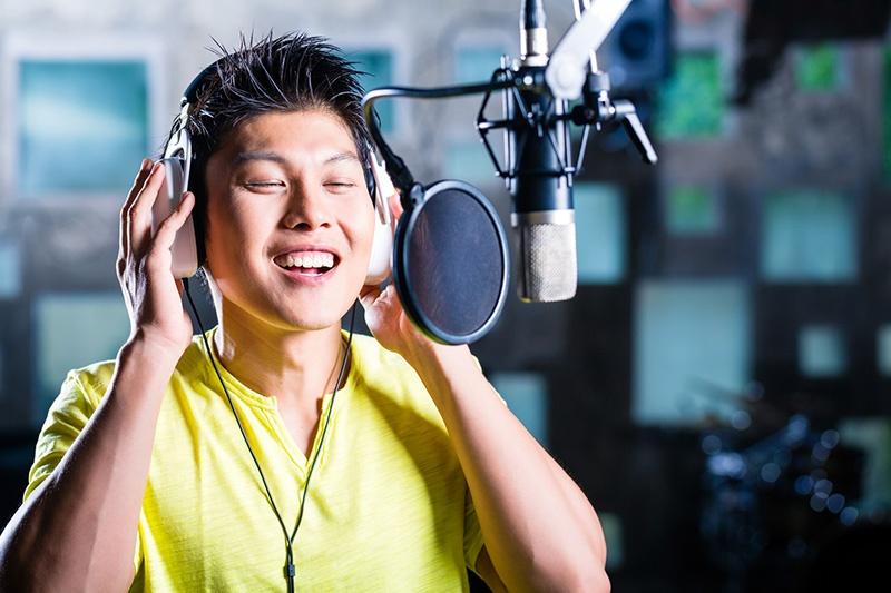 chinesischer-sprecher-im-studio.jpg